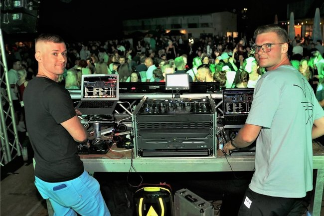 Sorgten bei der Party im Freibad Erdmannsdorf hinter den Reglern für Stimmung: Lucas Meinig (r.) und Sebastian Beer von FX Sound Niederwiesa.
