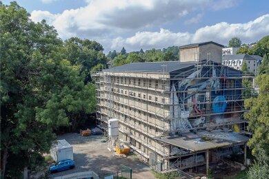 """Voraussichtlich Ende des Monats fällt das Gerüst an Auerbachs künftigem """"Soziokulturellen Zentrum"""" in der Industriebrache Beegerstraße 2. Bis November soll auch der Innenausbau weitgehend abgeschlossen sein."""