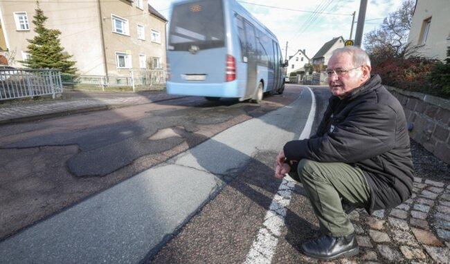 Der Landkreis Mittelsachsen will fast 19 Millionen Euro in seine Straßen investieren. In Taura hatte EinwohnerChristian Geyer bereits im Vorjahr über den schlechten Zustand der Kreisstraße im Ort geklagt.
