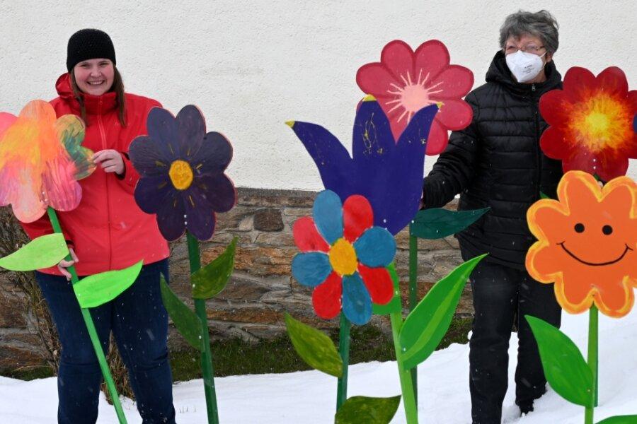 Lydia Ullrich, die Leiterin des Familienzentrums Cranzahl (l.), mit ihrer Vorgängerin Christina Lorenz und einer Auswahl der von Kindern und anderen Sehmataler Kreativen gestalteten Blumen.