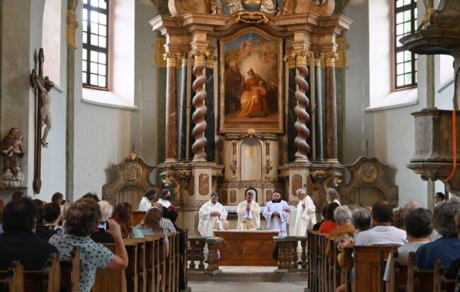 Kürzlich wurde in St. Anna mit Bischof Monsignore Tomáš Holub aus Pilsen (Mitte) die Heilige Messe gefeiert.