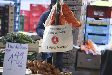 Sicher einkaufen: Ein Schild am Gemüsestand bittet die Besucher, Abstand zu halten.