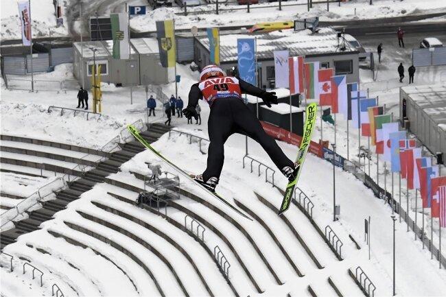 Skisprung-Weltmeister Markus Eisenbichler segelt vor leeren Rängen in der Vogtland-Arena zu Tal. Coronabedingt fand der Doppel-Weltcup erstmals ohne Zuschauer statt.
