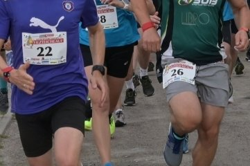 Zu den 64 Startern beim Filzteichlauf gehörten René Leßmüller vom FCE Aue (3./10 km), Lydia Schneider (1./10 km) und Tim Schicker (5./10 km) vom SV Burkhardtsgrün (v. v. l.).