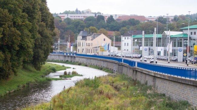 Dieselbe Perspektive, fotografiert von der Alten Elsterbrücke. Heute befindet sich an der Hofer Straße ein Mischgebiet mit dem VW-Autohaus. Außerdem fällt auf: Die Weiße Elster führt weniger Wasser als damals.