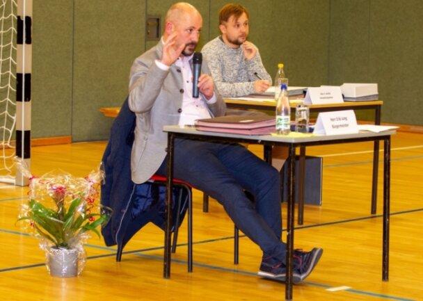 Pöhls neuer Bürgermeister Erik Jung (Freie Wählervereinigung) ist vereidigt worden. Rechts Verwaltungsleiter Christoph Schild.