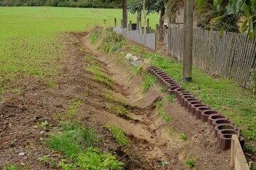 Wo das Feld an die Bebauung grenzt, wurde eine Rinne gegraben.