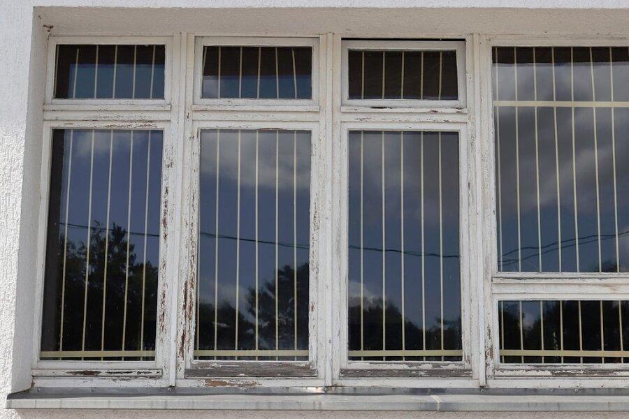 Die Fenster sowie andere Teile der Turnhalle in Hartmannsdorf müssen dringend erneuert werden.