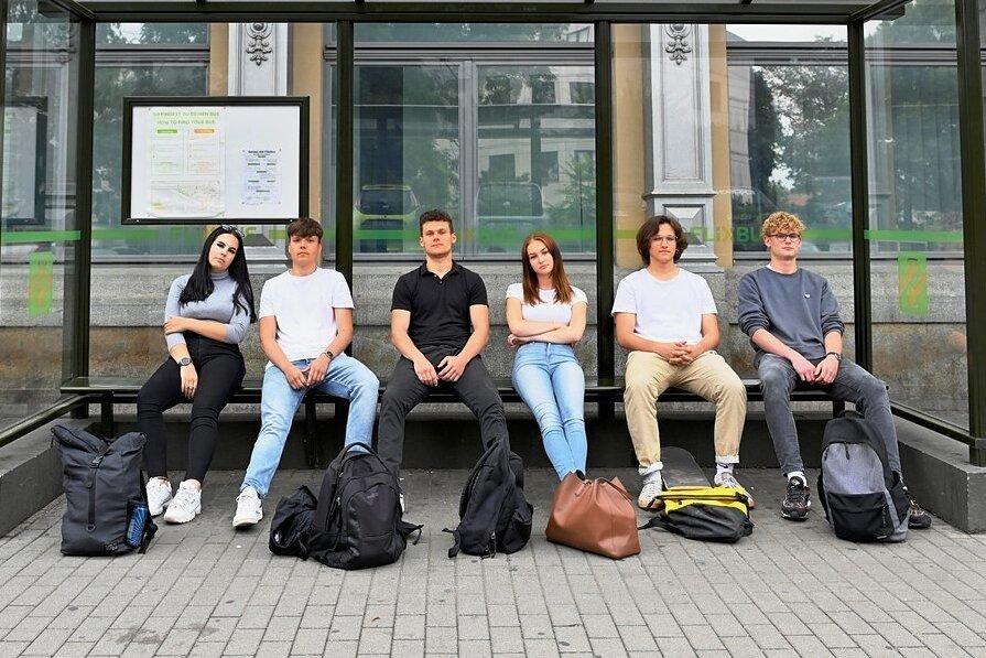 Sitzengelassen: Mit dem Abitur in der Tasche wollten Gina Tischer, Alexander Reuther, Maurice Benz, Sarah Kießling, Robert Rothe und Tom Schöne (v.l.) mit dem Flixbus in die Ferien an die Ostsee fahren. Doch sie warteten vergebens an der Abfahrtstelle hinter dem Dresdner Hauptbahnhof.