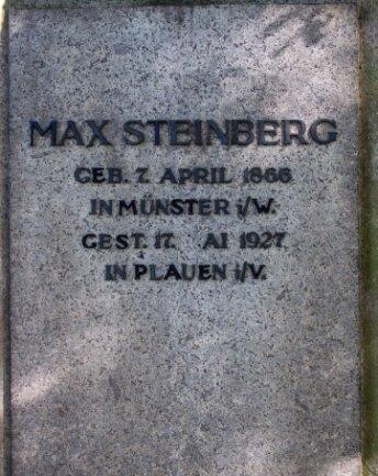 Einer der beiden Grabsteine, deren Inschrift ausgebessert wurde.