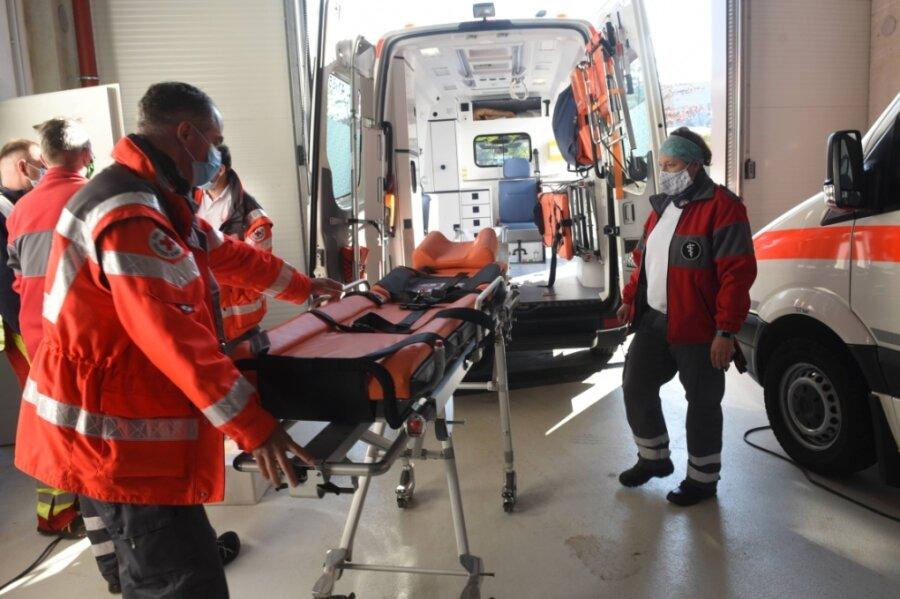Im Feuerwehrtechnischen Zentrum ist zum einen die Zentrale des Einsatzstabes eingerichtet, zum anderen werden dort Einsatzkräfte und Technik vorbereitet, darunter für den Transport pflegebedürftiger Personen.