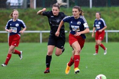 Kristin Richter (rechts) behauptet den Ball gegen Angelique Lüftner vom FC Weida. Beim klaren Testspielsieg am Sonntag steuerte die neue Kapitänin des DFC Westsachsen Zwickau drei Tore bei.