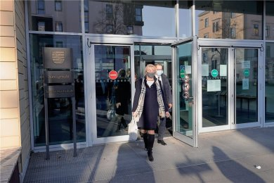 """""""Wo sind denn die himmelblauen Bengalos"""", fragte CFC-Vorstandschefin Romy Polster lachend, als sie am Dienstag in Begleitung des Anwaltes Oliver Junghänel das Gerichtsgebäude verließ. Zuvor hatte die Gläubigerversammlung dem Insolvenzplan des Vereins zugestimmt."""