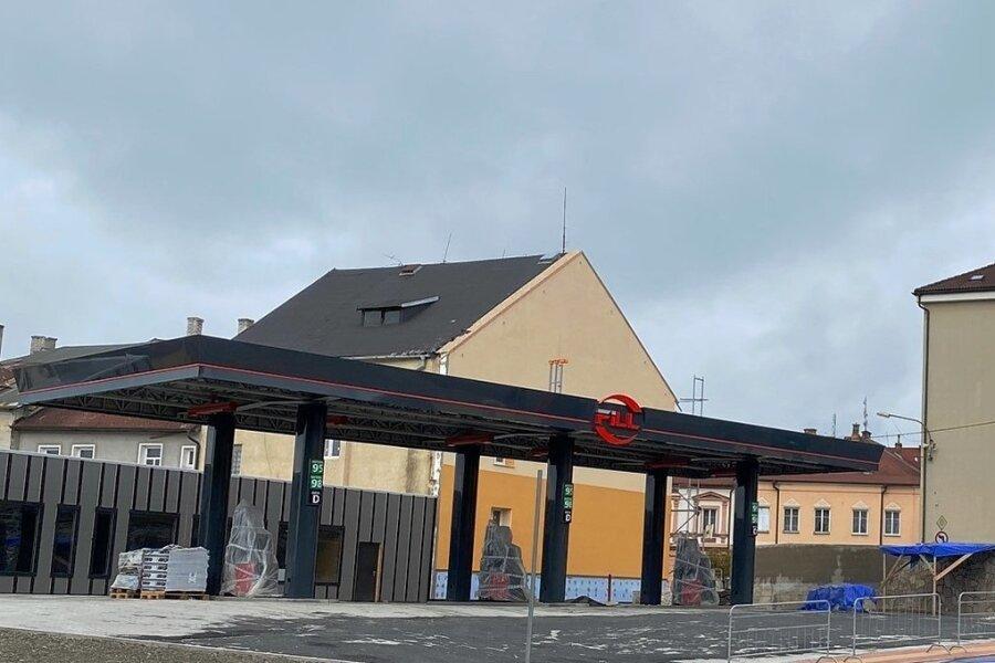 Vor ihrer Fertigstellung steht die neue Tankstelle im westböhmischen Schönbach/Luby. Die alte Anlage ist in normalen Zeiten dem Kundenstrom aus dem oberen Vogtland kaum mehr gewachsen.