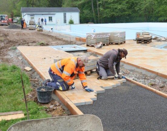 """Die Pflasterarbeiten sind in vollem Gange. """"Die ziehen ohne Ende"""", lobte Vereinschef Tronje Hagen am Freitag die Bauleute."""