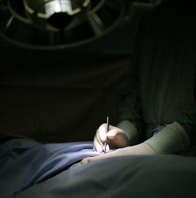 Es gibt heute unterschiedliche Operationsverfahren, um Krampfadern zu behandeln - im Anschluss sollten medizinische Kompressionsstrümpfe (z. B. mediven) getragen werden, um das Operationsergebnis zu sichern und erneuter Krampfaderbildung vorzubeugen.