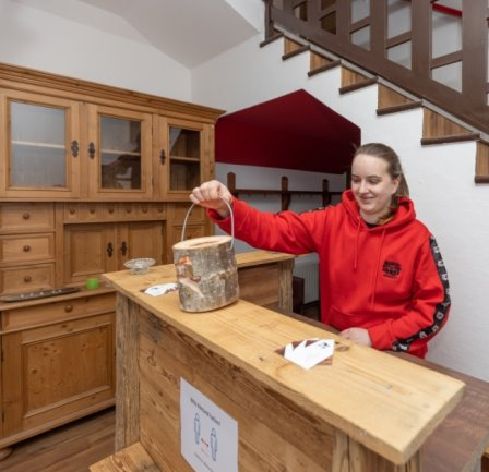 Holzoptik dominiert im Haus - auch an der Rezeption. Die ist Marke Eigenbau und wurde unter anderem von Denise Schubert mitgestaltet.