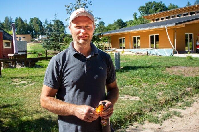 Frank Buschbeck hat sich mit dem Campingplatz in Niederwiesa ein Kleinod geschaffen: Viel Grün, ein Teich, Volleyballplätze und ein Bolzplatz. Doch auch Räume zum Feiern bietet er an - 2021 kommt eine Kneipe dazu.