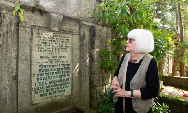 Ehrenamtlerin Liane Kümmerl. Sie hat 20 Jahre Spenden gesammelt, um von zwei Grabsteinen fehlende Buchstaben ersetzen zu lassen.