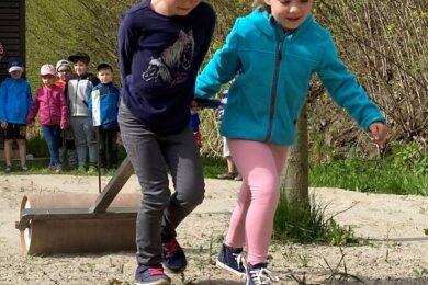 Da wurde am Dienstag richtig gearbeitet: Hannah Wolf (l.) und ihre Freundin Felicitas Beyer von der Gornsdorfer Kita Tausendfüßler. Die Kinder haben eine Blühwiese mit Samen präpariert. Der Boden ist mit Absicht karg gehalten, so die Gemeinde - es ist eine Mischung aus Erde und Sand.