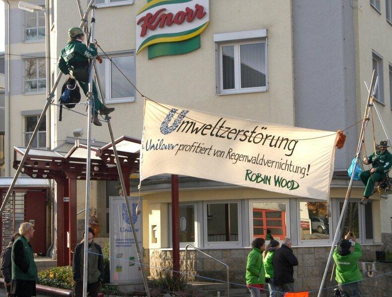 Protestaktion in Auerbach: Während dort alles glatt ging, unterlief Robin Wood zeitgleich in Kleve eine Panne. Dort kletterten Aktivisten irrtümlich die Fassade einer anderen Firma hinauf.
