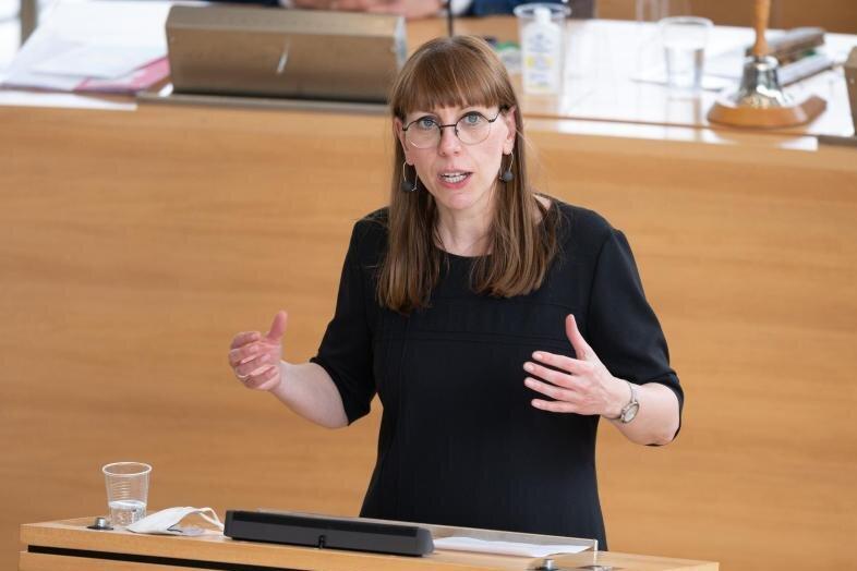 Katja Meier (Bündnis90/Die Grünen), Justizministerin von Sachsen, spricht im Plenum.