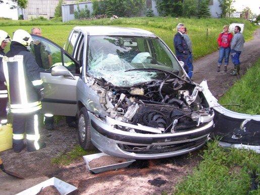 Der Renault wurde bei der Kollision mit der Erzgebirgsbahn stark beschädigt.