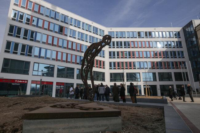 """Das Gelände vVor dem Technischen Rathaus heiß nun Friedensplatz. Dort befindet sich auch die Stahlskulptur """"Reliquie Mensch"""" des Chemnitzer Künstlers Michael Morgner"""