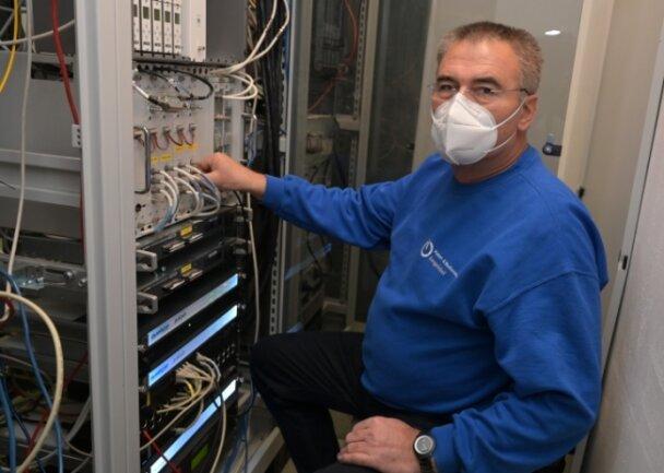 Geschäftsführer Frank Jungnickel will die Funktechnologie weiter ausbauen. Das Bild zeigt ihn in einem Technikraum.