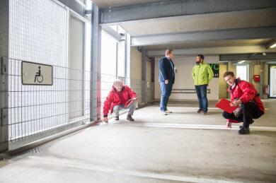 3,5 Meter breit und 5 Meter lang müssen Behindertenparkplatz sein. In Annaberg wurden das erfüllt. Im Bild: Christoph Beck und Falk Hoffmann vom ACE (vorn v. l.) und Awo-Geschäftsführer Jens Gundermann und Sascha Simm von den Stadtwerken (hinten v. l.)