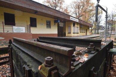 Der Bahnhof der Parkeisenbahn im Küchwald liegt im Dornröschenschlaf. Der Beginn von Sanierung und Erweiterung des Bahnhofsgebäudes an der Haltestelle Küchwaldwiese ist ungewiss. Dabei sollten die Arbeiten ursprünglich schon vor über einem Jahr in Angriff genommen werden.