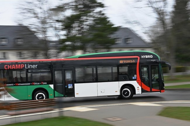 Einer von zwölf Hybridbussen fährt auf der Linie zwischen Chemnitz und Penig. Am Drehkreuz in Hartmannsdorf, wie der Anton-Günther-Platz bezeichnet wird, kommt ein sogenannter Champ-Liner an. Der Name wurde nach den angefahrenen Orten und der modernen Technik gewählt.