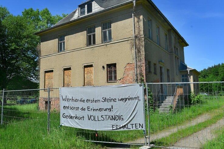 Die Kommandantenvilla des ehemaligen KZ in Sachsenburg sollte abgerissen werden. Baurecht besteht nicht mehr. Nun aber wird ein Erhalt angepeilt. Möglichkeiten soll ein Wettbewerb ausloten.