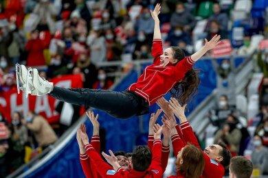 """Ausgelassener Jubel: Teamkapitänin Alina Sagitowa, Olympiasiegerin 2018 in Pyeongchang und Weltmeisterin 2019 in Saitama, wird von ihrer Mannschaft """"Krasnaja maschina"""" gefeiert."""