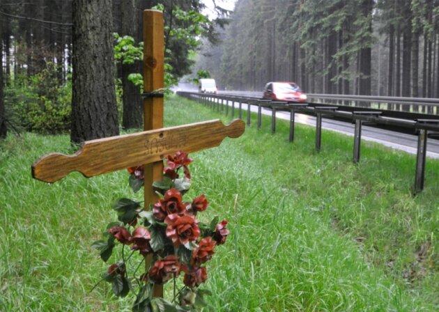 Das Holzkreuz an der Straße zwischen Beerheide und Jägersgrün kündet davon, dass hier ein Mensch bei einem Unfall den Tod fand. Auf dem Straßenabschnitt kracht es immer wieder mal, trotzdem wird er von der Polizei gegenwärtig nicht als Unfallschwerpunkt eingestuft.