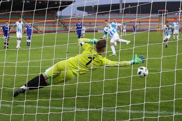Daniel Frahn erzielt den Treffer zum 0:2 per Foulelfmeter.