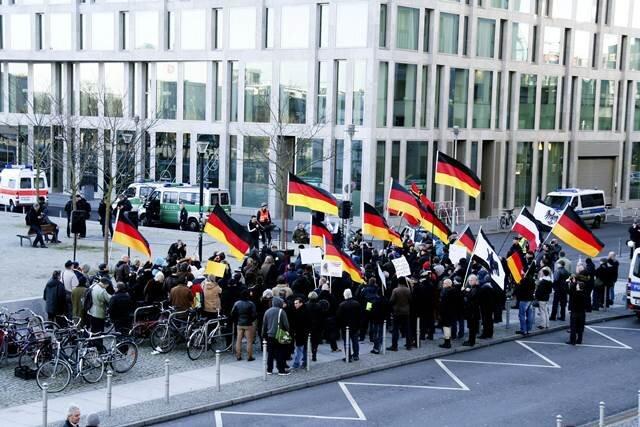 In Berlin wurde der Aufruf des Pegida-Ablegers Bärgida gerade mal von rund 40 Anhängern gehört. Auf der No-Bärgida-Seite folgten rund 100 Gegendemonstranten dem Aufruf, sich gegen Bärgida zu stellen.