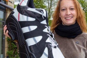 Anja Pohlink, Geschäftsführerin des Plauener Schuhhauses Kreher an der Marienstraße, darf bereits ab heute wieder Kundschaft ohne vorherige Terminbuchung empfangen.