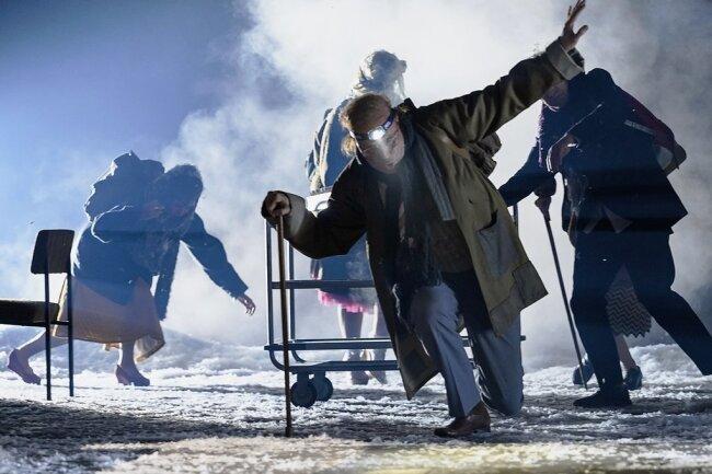 Mit Slapstickanleihen schiebt sich die Seilschaft im Kampf gegen einen Schneesturm über die Bühne. Auf dem Bild: Denis Petković (vorn), dahinter: Franziska Hiller, Jule Roßberg, Jürg Kienberger.