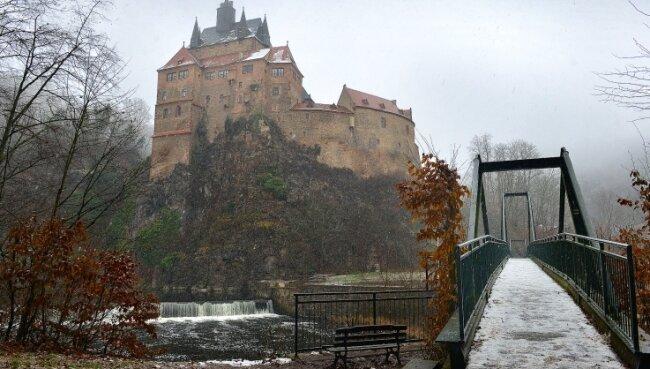 Burg Kriebstein im Schneegestöber. Auf Sachsens schönster Ritterburg gilt derzeit die planmäßige Winterruhe. Diese begann coronabedingt allerdings früher als sonst schon im November.
