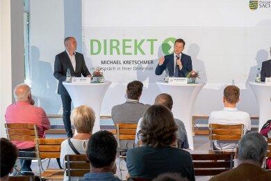 Ministerpräsident Michael Kretschmer (Mitte) mit Landrat Rolf Keil (rechts) und Bürgermeister Jörg Kerber beim Bürgerforum Ellefeld.
