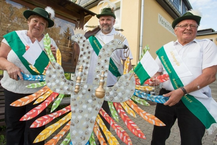 Anneli Walther, Eckhard Oettel und Gert Walther (v. l.) von der Niederlautersteiner Schützengilde zeigen schon einmal den diesjährigen Schützenvogel.