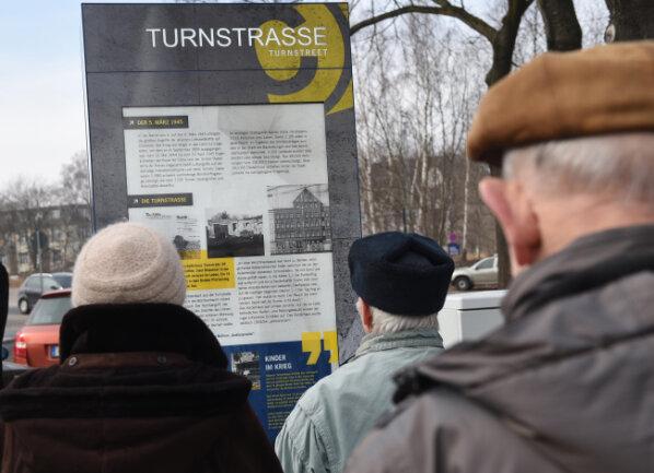 """Am Montagvormittag ist eine Informationsstele mit dem Titel """"Kinder im Krieg"""" an der Turnstraße installiert worden."""