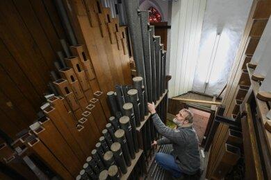 Die Restaurierung der Sauer-Orgel mit 2560 Pfeifen in der Stadtkirche ist in vollem Gange. Thomas Bartzsch beim Ausbau der Pfeifen.