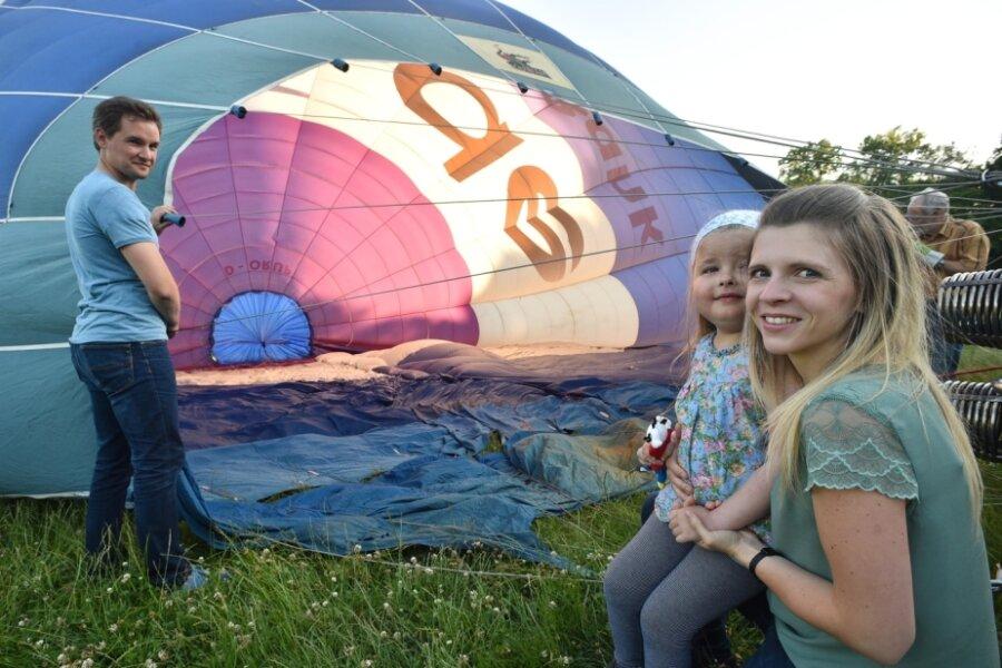 Kurz vor Beginn der Fahrt mit dem Ballon: Emilia wartet mit ihrer Mutter Michelle Weniger und ihrem Vater Christoph Weniger auf den Start auf der Küchwaldwiese. Der Ausflug in luftiger Höhe führte das Trio über die Innenstadt mit dem Schloßteich und dem Sportforum sowie ins Erzgebirge.
