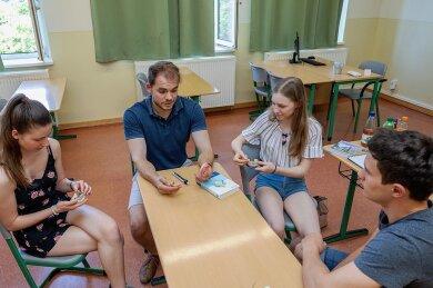 Der Falkensteiner Zahnarzt Martin Hoy hat im Auerbacher Gymnasium über seine Ausbildung und seine Qualifikation gesprochen. Leonhard (rechts), Alysha und Cynthia (links) interessieren sich für den Beruf.
