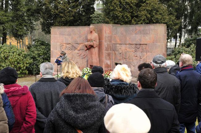Zum Auftakt des Friedenstageshatten mehr als 100 Chemnitzer auf dem Städtischen Friedhof am Mahnmal der Bombenopfer gedacht.