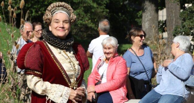 Mit Anekdoten über ihr Leben und Weisheiten über Kräuter erheiterte Kurfürstin Anna, alias Birgit Lehmann, ihre Gäste.