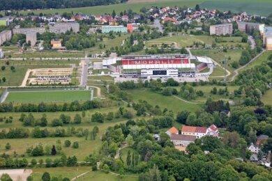 Auf den Wiesen rund um die GGZ-Arena wäre noch Platz für eine Sporthalle. Aber was wird dann aus der maroden Halle in Neuplanitz?