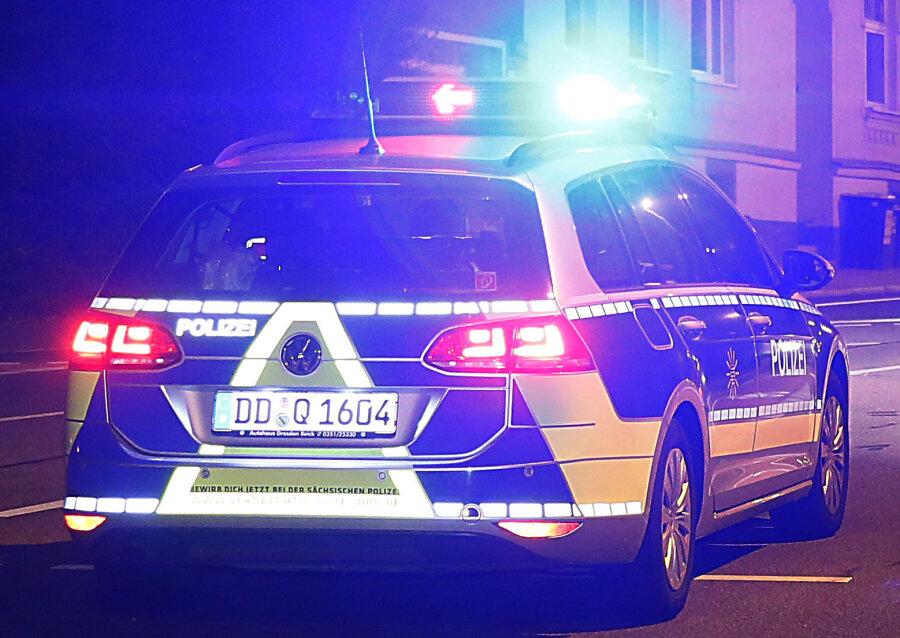Unbekannter flüchtet mit gestohlenem Auto vor Polizei